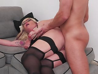 Full-grown sex bomb gets anal sex from lucky young man