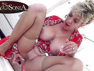Lassie Sonia gets missing respecting her new vibrator